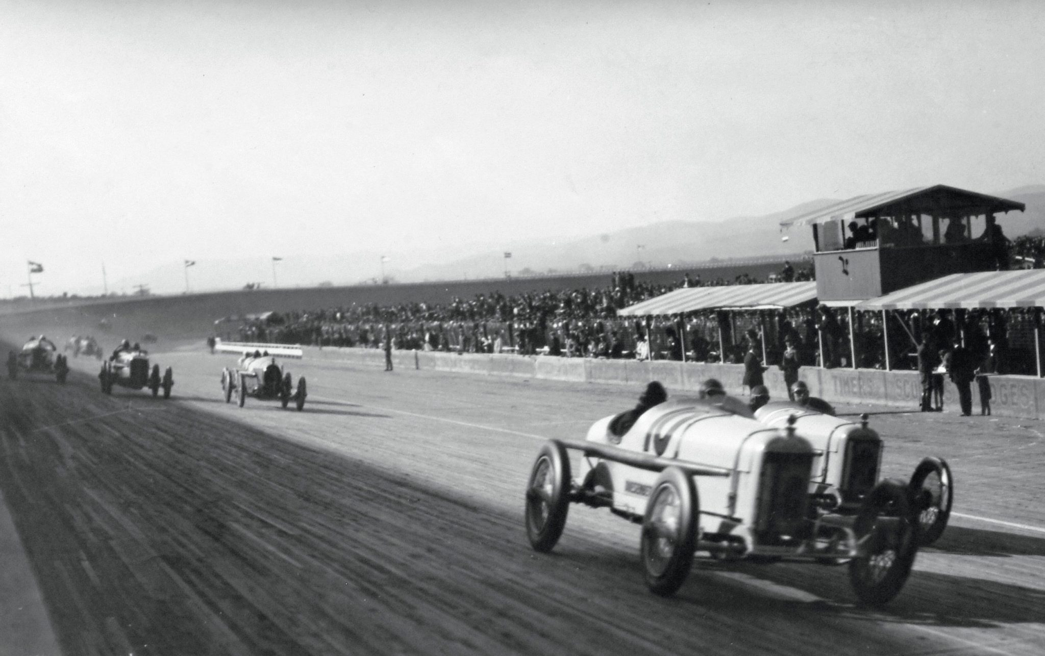 When you mention Beverly Hills, California, the one thing that doesn't come to mind is a racetrack, but in the 1920s there was indeed a racetrack in Beverly Hills, and in 1920 Duesenberg Brothers Engineering entered four cars in the April race. Tommy Milton who started in 11th position and finished third drove car No.10. The first four cars in the picture are all Duesenbergs.