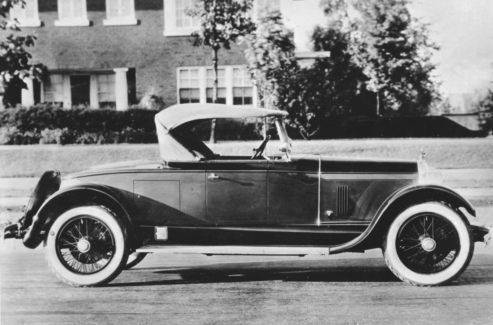 A roadster looked great no matter what was under the hood, but when it was a Duesenberg straight eight on that long stretch of 134-inches, it was just a little better than any other in 1922. The rear-mounted spare added to the rugged good looks of this car, which by 1923 was a standard cataloged body style.