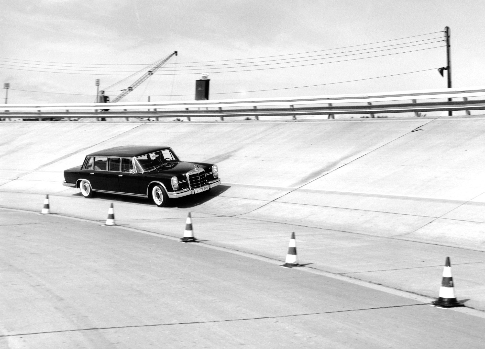 Mercedes-Benz 600 Pullman on track